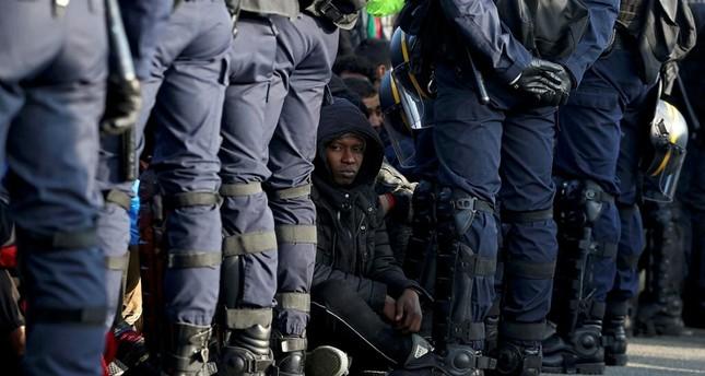 قوات للشرطة الفرنسية تجلي لاجئين من مخيم كاليه شمال فرنسا ديلي صباح
