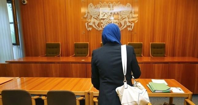 مخيراً إياها بخلع الحجاب أو عدم المثول أمامه.. قاضٍ ألماني يمنع لاجئة سورية من دخول المحكمة