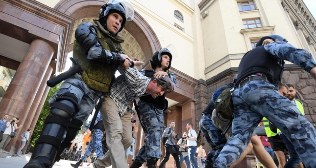 Servicemen of the Russian National Guard detain protesters during an unauthorised rally demanding independent and opposition candidates be allowed to run for office in local election in September, in downtown Moscow on July 27, 2019. (AFP Photo)