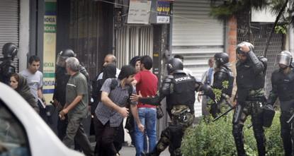 قُتل 3 أفراد من الشرطة الإيرانية بالعاصمة طهران، الاثنين، في عملية دهس بحافلة نفذها متظاهر احتجاجًا على تطويق الشرطة منزل