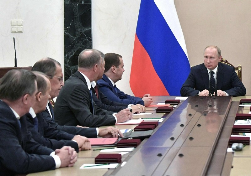 Russian President Vladimir Putin (R), Russian Foreign Minister Sergei Lavrov (3rdL) and Russian Prime Minister Dmitry Medvedev (6thL) attend a meeting with permanent members of the Security Council in Moscow on June 15, 2018. (AFP Photo)