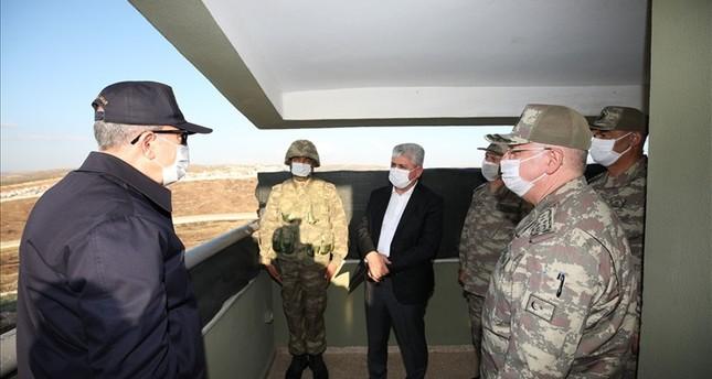 وزير الدفاع التركي يتفقد رفقة قادة الجيش الوحدات على الحدود مع سوريا