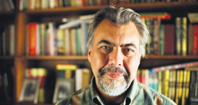 The novelist İhsan Oktay Anar, former professor of philosophy at Ege University in Izmir until 2001, wrote The Book of Devices in 1996.
