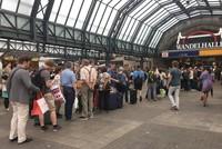 Die Auswirkungen des heftigen Sturmtiefs am Donnerstagabend und in der Nacht auf Freitag machen Bahnreisenden weiter zu schaffen.  Die ICE-Strecke Berlin-Düsseldorf ist wegen eines...