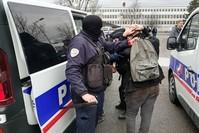 أحد عناصر الشرطة الفرنسية أثناء إلقاء القبض على طالب بالمرحلة الثانوية بعد احتجاجات ضد الحكومة (وكالة الأنباء الفرنسية)
