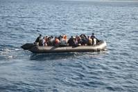 قارب مهاجرين غير شرعيين في المياه الإقليمية التركية (الأناضول)