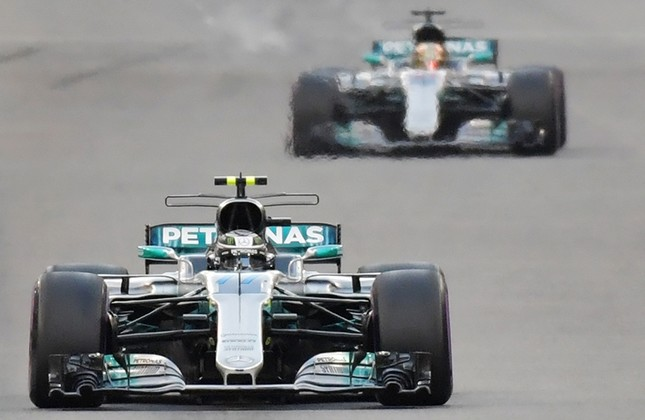 Mercedes' Finnish driver Valtteri Bottas steers his car followed by Mercedes' British driver Lewis Hamilton during the Abu Dhabi Formula One Grand Prix at the Yas Marina circuit, Abu Dhabi, United Arab Emirates (UAE), Nov. 26, 2017. (AFP Photo)