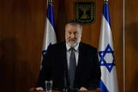 النائب العام الإسرائيلي أفيخاي ماندلبليت خلال تلاوته بيان قراره بشأن نتنياهو