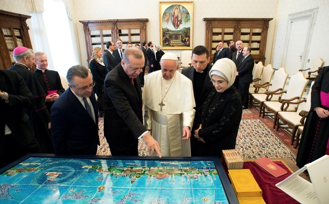 President Erdoğan, accompanied by first lady Emine Erdoğan (R), and Pope Francis exchange gifts during a private audience, at the Vatican, Feb. 5.