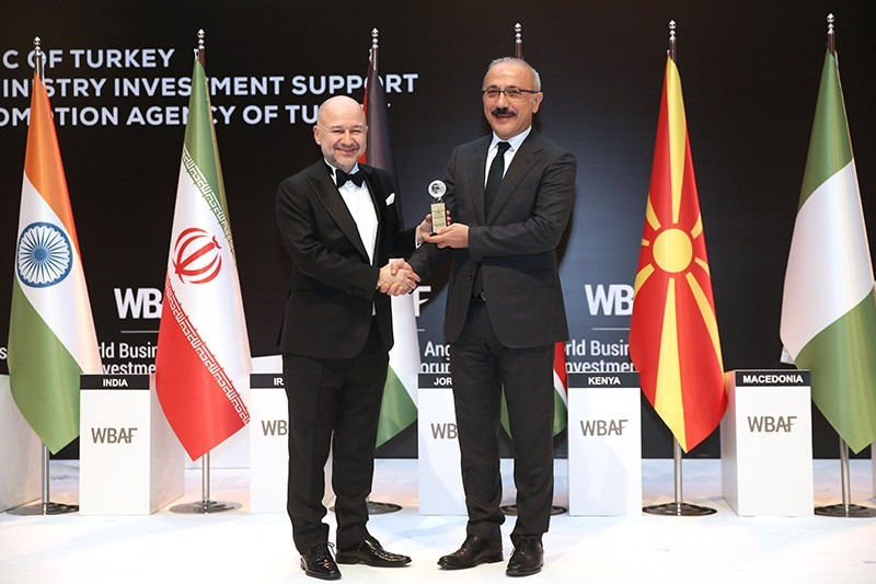 Turkish Minister of Development Lu00fctfi Elvan (R) receives award on behalf of the ministry as the best policymaker in Europe supporting entrepreneurship at 2018 World Business Angels Investment Forum (WBAF) in Istanbul on Feb. 20, 2018. (AA Photo)