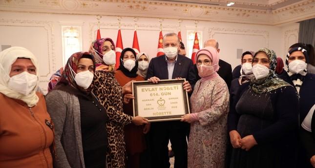 رجب طيب أردوغان مع عدد من أمهات ديار بكر، في إسطنبول الأناضول