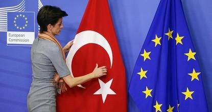 pDie EU-Kommission erwägt im Rahmen des 2016 vereinbarten Flüchtlingsabkommens weitere drei Milliarden Euro für die Versorgung von syrischen Flüchtlinge in der Türkei bereitzustellen. Die...