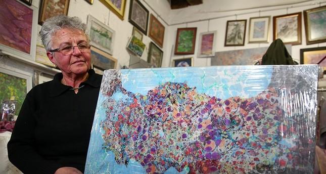 سيدة تركية ترسم الخرائط باستخدام فن الإبرو