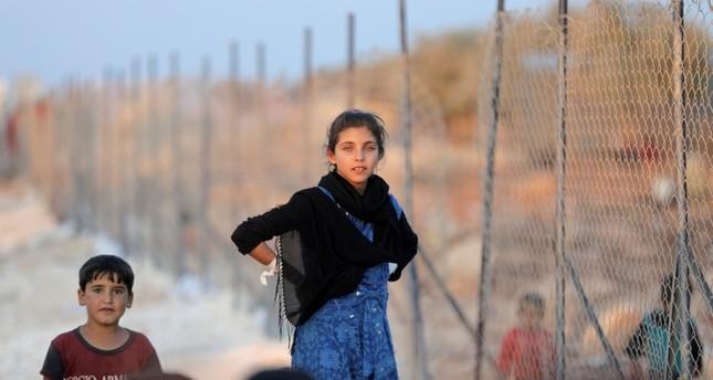 أطفال سوريون نازحون من إدلب هربا من قصف نظام دمشق (رويترز)