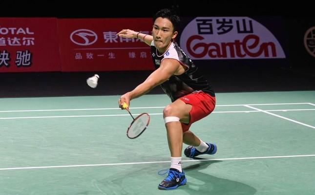 Kento Momota hits a return against Chou Tien-chen of Taiwan during their men's singles final match, Fujian, Nov. 10, 2019. (AFP Photo)
