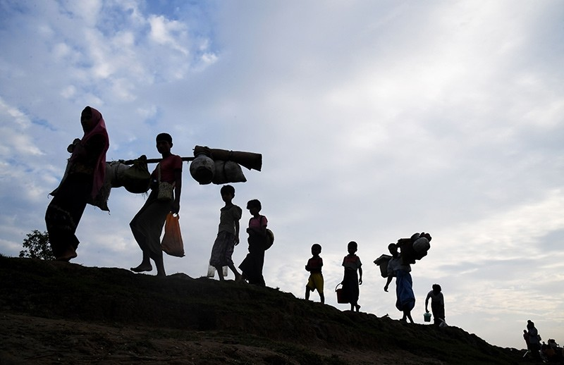 Rohingya refugees who had been stranded in the 'no-man's land' between Myanmar and Bangladesh walk into Palongkhali in Bangladesh's Ukhia district on November 2, 2017 (AFP Photo)