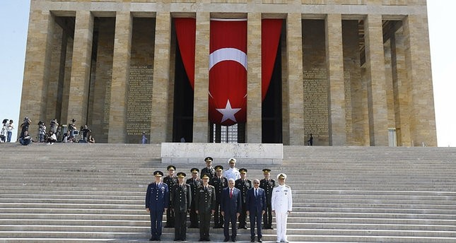 Ministerpräsident Binali Yıldırım mit Mitgliedern des Obersten Militärrats beim Atatürk-Mausoleum in Ankara vor der Sitzung. (AA Foto)