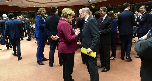 German Chancellor Angela Merkel (C-L) and European Parliament President Martin Schulz (C-R) speak in European Union leaders summit in Brussels on December 15, 2016. (AFP PHOTO)