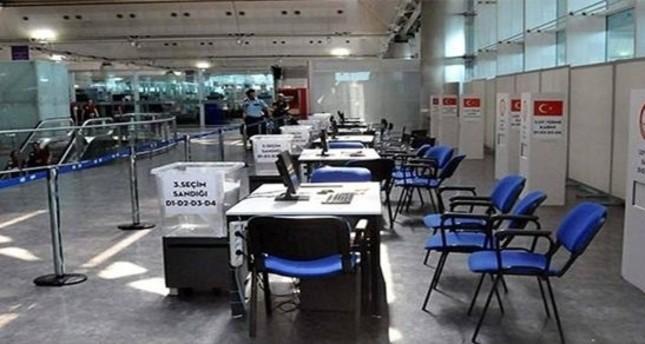 صناديق الاقتراع المعدة في المطارات الأناضول