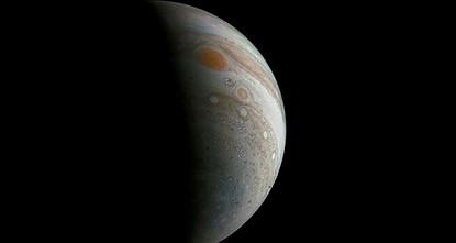 pNach dem Überflug der US-Forschungssonde Juno über den Großen Roten Fleck des Jupiters hat die Raumfahrbehörde Nasa erste Bilder des gewaltigen Wirbelsturms auf dem Gasplaneten veröffentlicht....