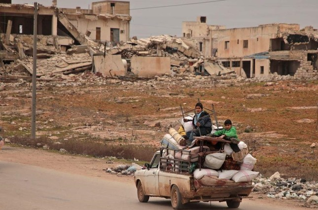 Displaced Syrians ride with their belongings as they flee bombardment in Aleppo, Jan.16, 2020. AFP PHOTO