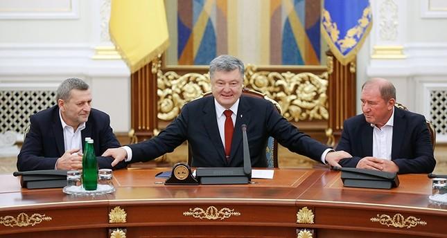 Ukrainian President Petro Poroshenko (C) welcomes Akhtem Chiygoz (L) and Ilmi Umerov (R) during their meeting in the Presidential office in Kiev, Ukraine, on 27 October 2017 (EPA Photo)