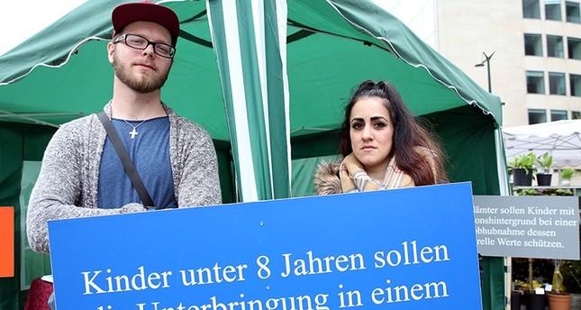 ناشطون يحتجون ببروكسل على سياسة سحب الأطفال من عائلاتهم في ألمانيا