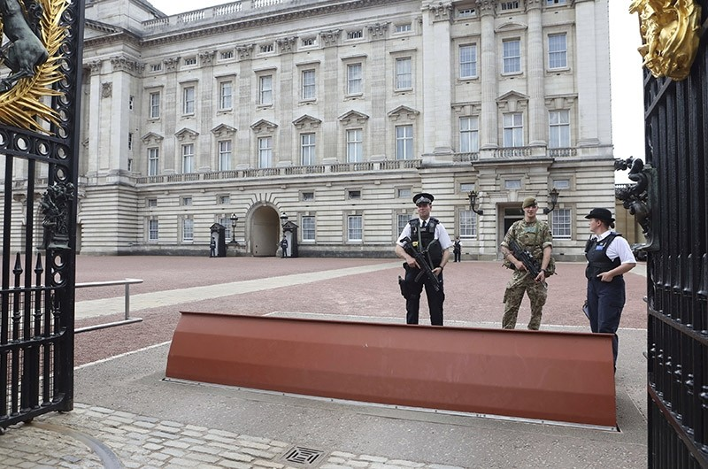 A member of the army joins police officers outside Buckingham Palace, London, Wednesday, May 24, 2017. (AP Photo)