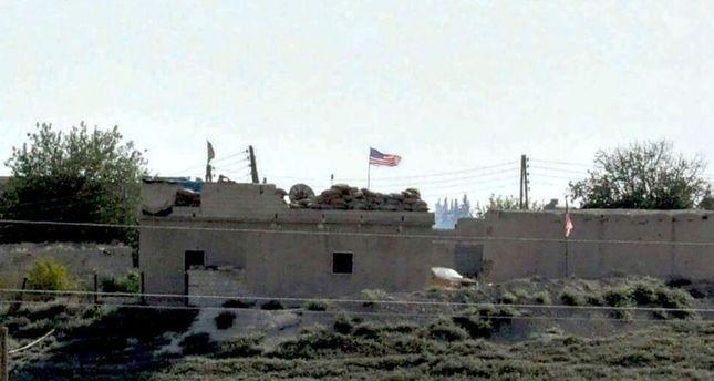 ب ي د الإرهابي يزيل أعلاماً أمريكية بعد رفعها في مدينة تل أبيض السورية