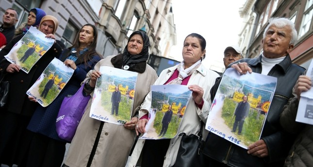 أعضاء في جمعية ضحايا البوسنة يحتجون على منح هاندكة جائزة نوبل للآداب