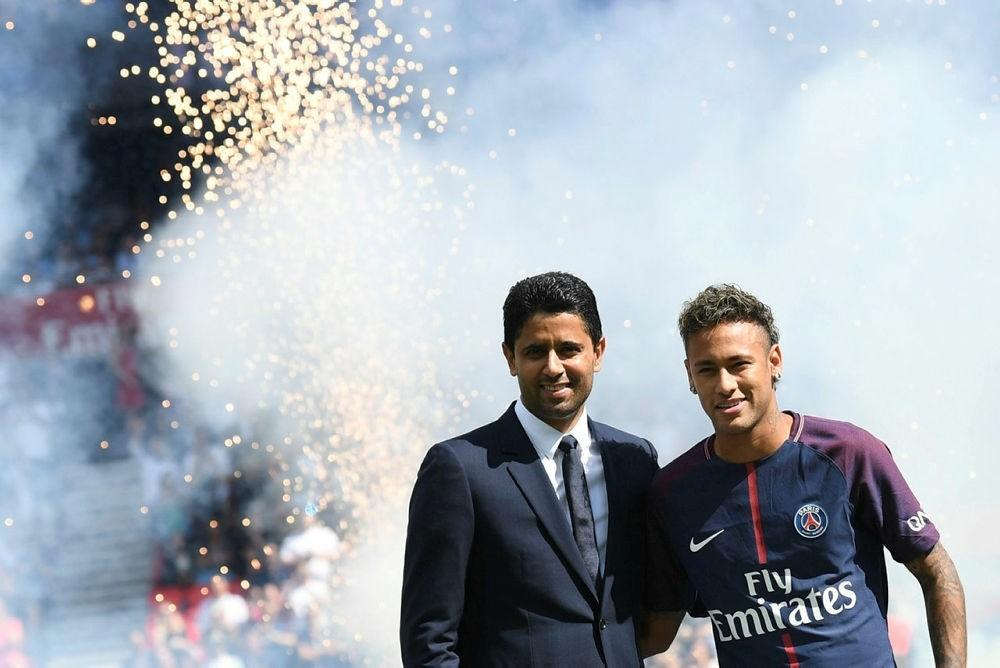 Paris Saint-Germain's Brazilian forward Neymar (R) poses with PSG Qatari president Nasser Al-Khelaifi (L) during his presentation to the fans at the Parc des Princes stadium in Paris, on August 5, 2017. (AFP Photo)