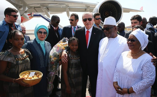 President Erdoğan, accompanied by first lady Emine Erdoğan (2nd L), pose with Mali's President Ibrahim Boubacar Keita (2nd R) and his wife Keïta Aminata Maïga at the airport in Bamako, Mali, March 2.