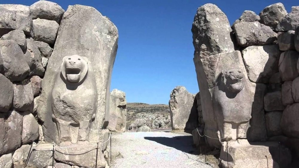 The Lionu2019s Gate (above) lies in the southwest of antient the Hittite capital Hattusa. The city has five remaining gates including the Lionu2019s Gate: one in the west, the Kingu2019s Gate, a procession gate and the Sphinx Gate.