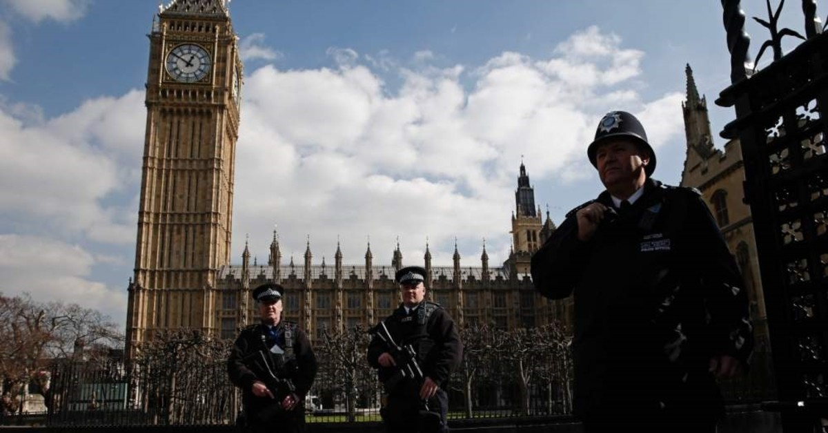 Armed British police officers stand on duty in front of the Elizabeth Tower, better known as ,Big Ben, outside the vehicle entrance to the Houses of Parliament, London, March 22, 2016. (AFP Photo)