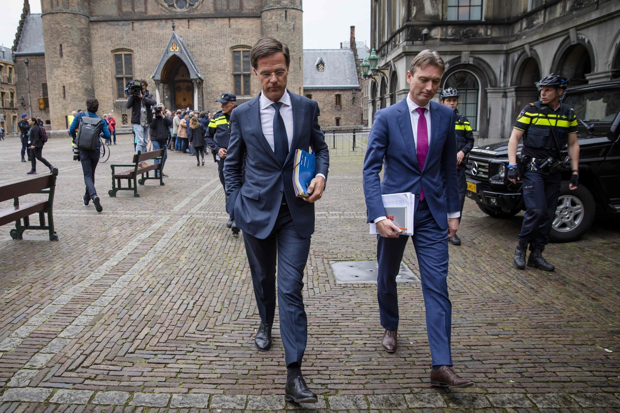 Dutch Prime Minister Mark Rutte (C) and member of the VVD party  leaves after negotiations of the formation of a coalition government. (AFP Photo)