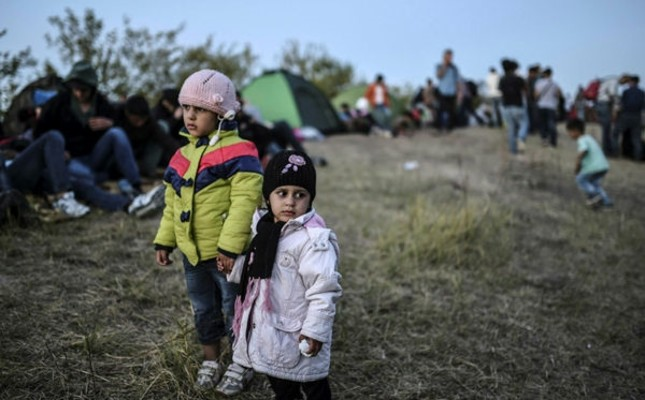 Children stand as Syrian refugees and migrants gather near the highway on Sept. 15, 2015, on theır way to the border between Turkey and Bulgaria ın the northwestern Turkish cıty of Edirne. (AFP Photo)