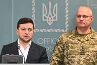 الرئيس الأوكراني بجانب القائد الأعلى للقوات المسلحة الأوكرانية في مؤتمر صحفي عقب اندلاع قتال مع الانفصاليين الموالين لروسيا الفرنسية