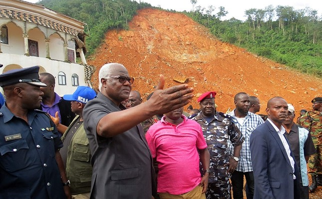 Sierra Leone president Ernest Bai Koroma (2nd-L) visits the site of a mudslide near Freetown on August 15, 2017, after landslides struck the capital of the west African state. (AFP Photo)