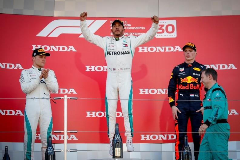 British driver Lewis Hamilton (C) of Mercedes AMG GP celebrates on the podium after winning the Japanese F1 GP, next to his runner up teammate Finnish Valtteri Bottas (L) and 3rd Dutch Max Verstappen at the Suzuka Circuit, Japan, Oct. 07, 2018. (EPA)