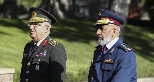 رئيس هيئة الأركان العامة للجيش التركي في استقبال نظيره القطري اليوم (الأناضول)