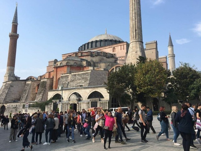 Tourists in Istanbul's historic Sultanahmet neighborhood, Oct. 19, 2019. (DHA Photo)