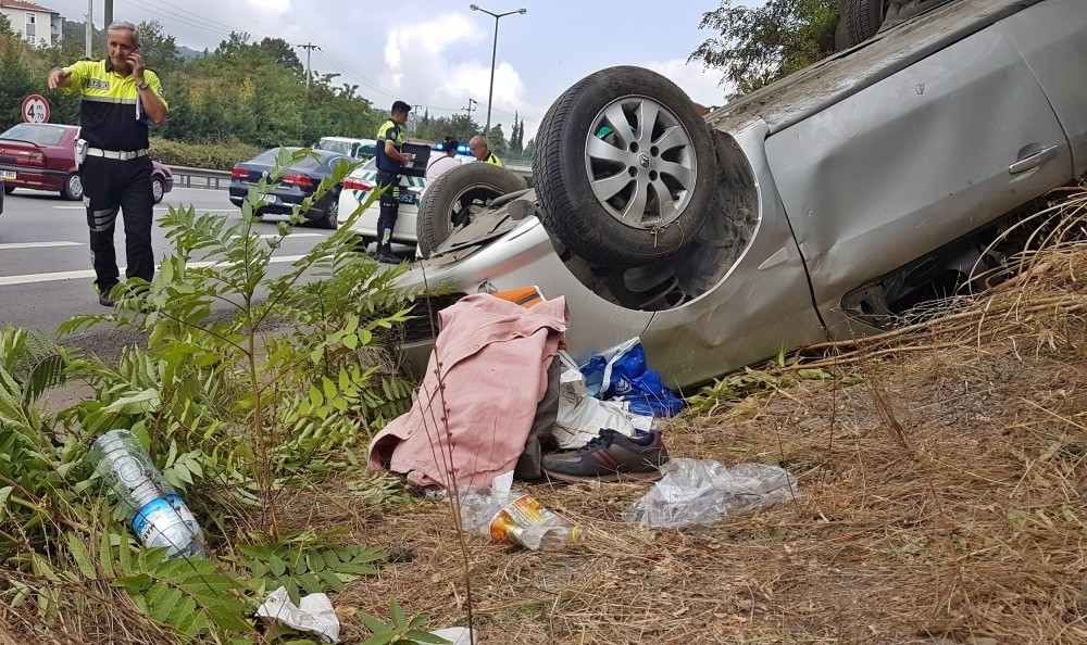 Police at the scene of an accident that took place as a family of three were headed home to Istanbul after a trip to Zonguldak province, Aug. 26. Driver of overturned car was injured, while his wife and daughter escaped with minor cuts and bruises.
