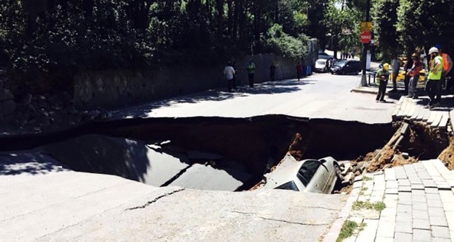 Road in Istanbul's Üsküdar collapses, parked car pulled into hole / DAILY SABAH