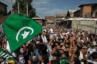 الآلاف من أهالي جامو كشمير يتظاهرون عقب صلاة عيد الأضحى ضد قرار الهند بإلغاء وضع الحكم الذاتي للإقليم  (رويترز)