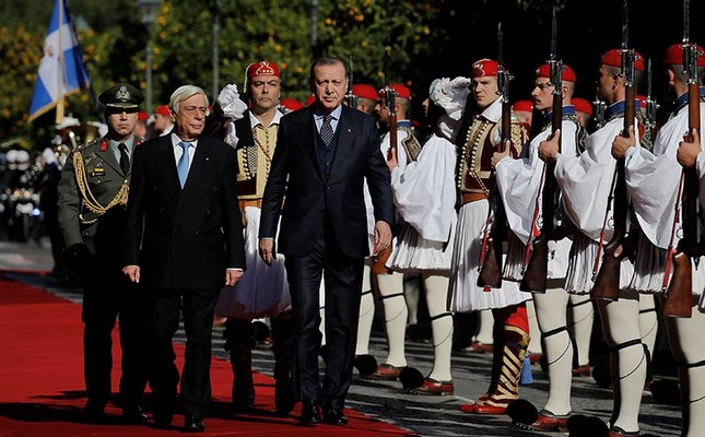 Greek President Prokopis Pavlopoulos and his Turkish counterpart Tayyip Erdogan inspect a guard of honour during a welcome ceremony in Athens, Greece December 7, 2017. Reuters Photo