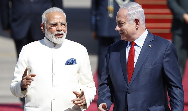 Israeli Prime Minister Benjamin Netanyahu (R) walks with his Indian counterpart Narendra Modi (L) during an official ceremony at Ben-Gurion airport near Tel Aviv on July 4, 2017 (AFP Photo)