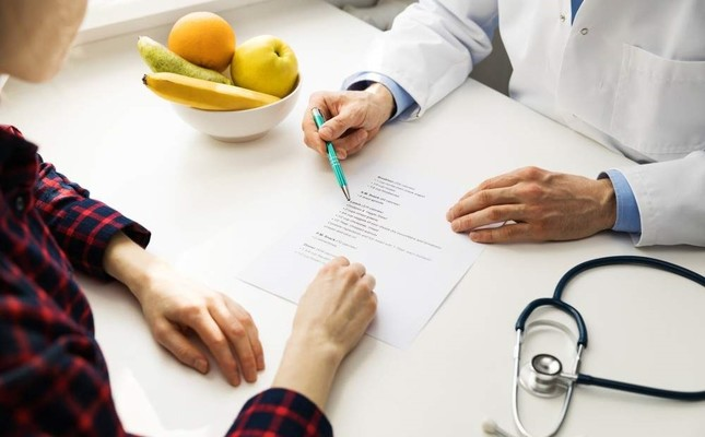 A patient consults her dietician. iStock