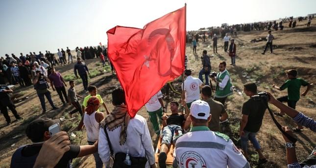 الجيش الإسرائيلي يصيب فلسطينيا رفع علم تركيا على حدود غزة