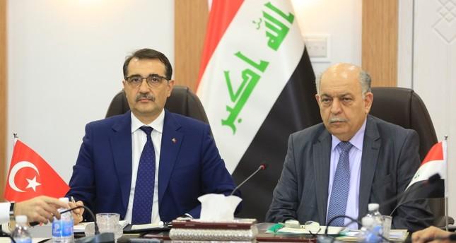 وزير الطاقة التركي فاتح دونماز (يسار) مع وزير النفط العراقي ثامر الغضبان (يمين) في مؤتمر صحفي ببغداد (وكالة الاناضول)