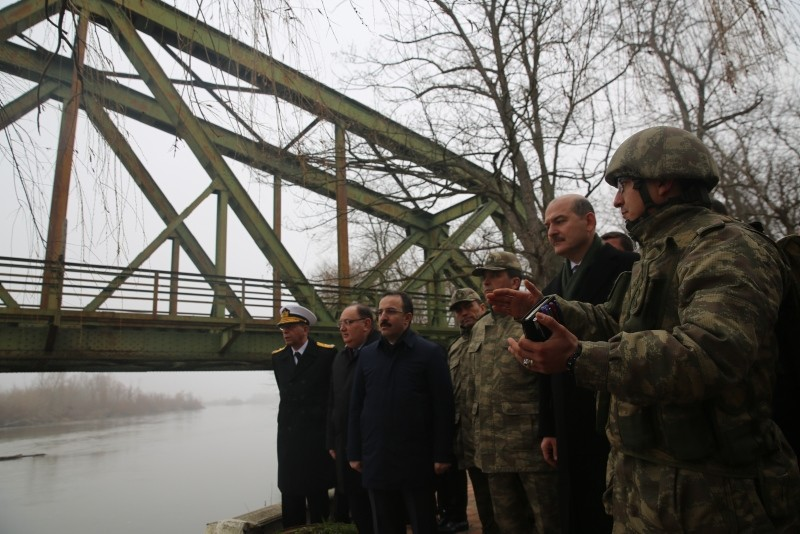 A soldier briefs Interior Minister Su00fcleyman Soylu (2R) next to the Maritsa River forming the border with Greece at a military facility in Edirne, northwestern Turkey, Dec. 22, 2018. (AA Photo)